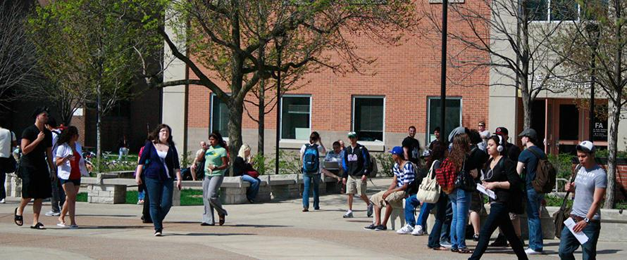 NEIU+students+navigate+their+way+around+the+quad.+
