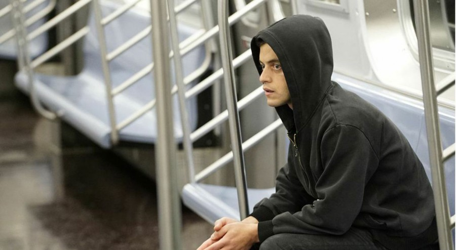 Elliot+%28Rami+Malek%29+becomes+increasingly+paranoid+as+he+learns+more+about+the+weaknesses+in+cybersecurity.+