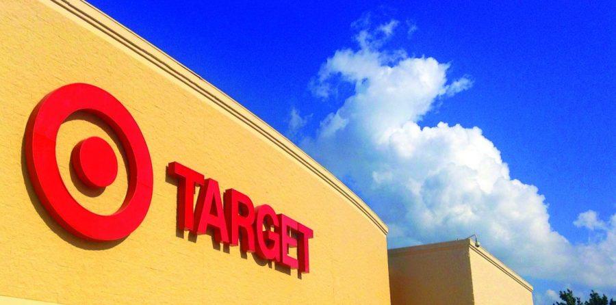 Target+is+raising+their+employees%E2%80%99+wages+to+%2415+per+hour+by+2020+in+Chicago.+Yet%2C+the+federal+minimum+wage+is+still+seven+dollars+with+twenty-five+cents.+%0ABy%3A+Mike+Mozart